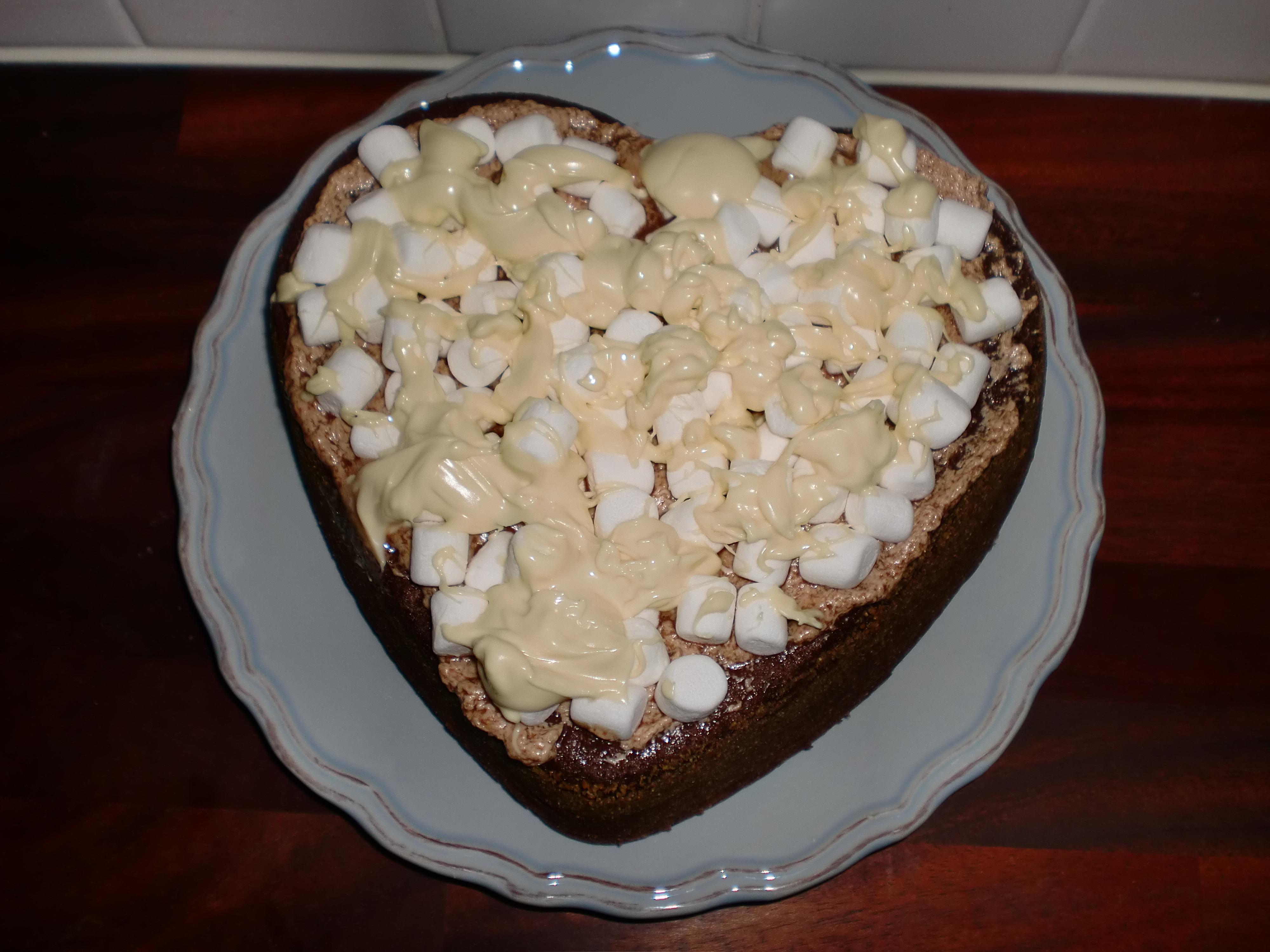 Kladdkaketårta med chockladtäcke och mini marshmallows