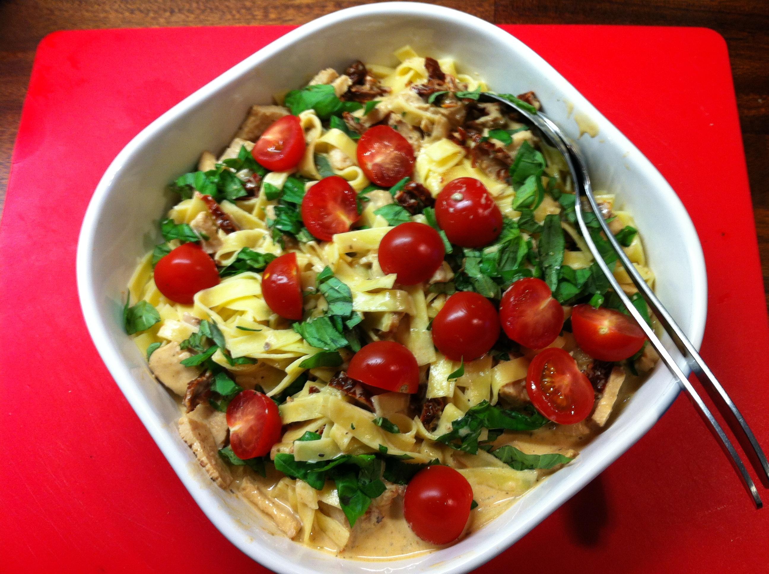 Pasta med fläskytterfile, soltorkade tomater och basilika
