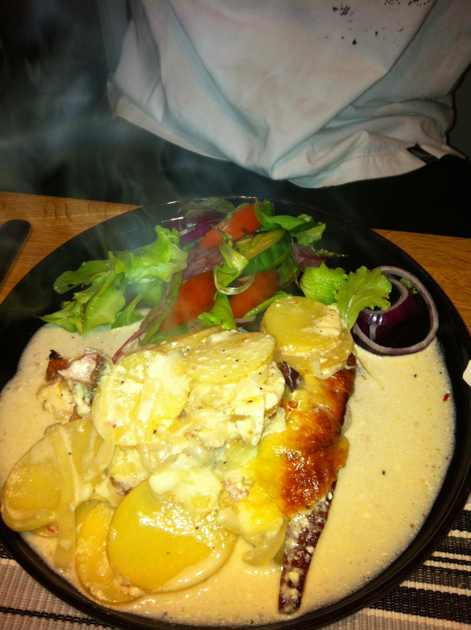Potatis och kasslergratäng med vitlök och parmesan.
