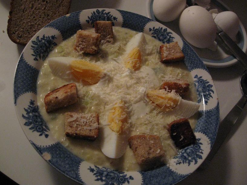 Potatis och löksoppa med brödkrutonger