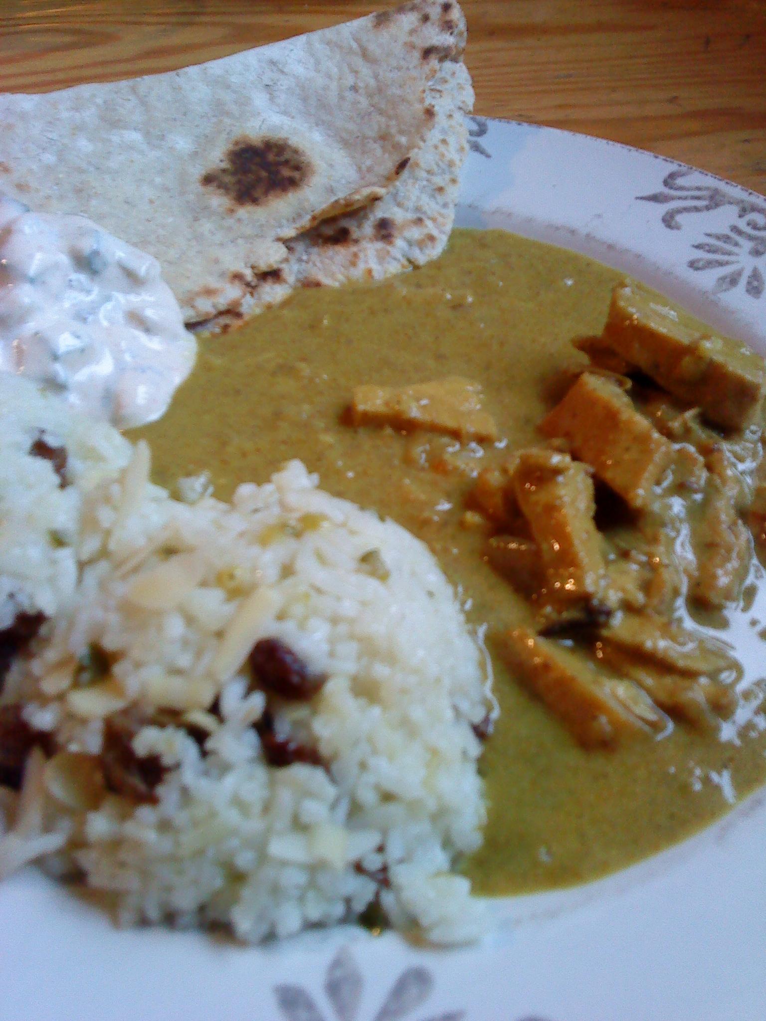Indisk kycklingcurry med chapatibröd och kryddigt ris