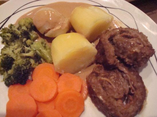 Köttfärsrulle med skinka och ost och gräddsås