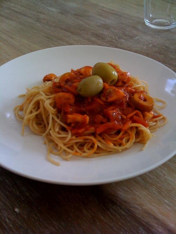 Vegetarisk pastasås med oliver, morötter och champinjoner