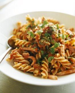 Fusilli med kokt skinka, kapris och tomat