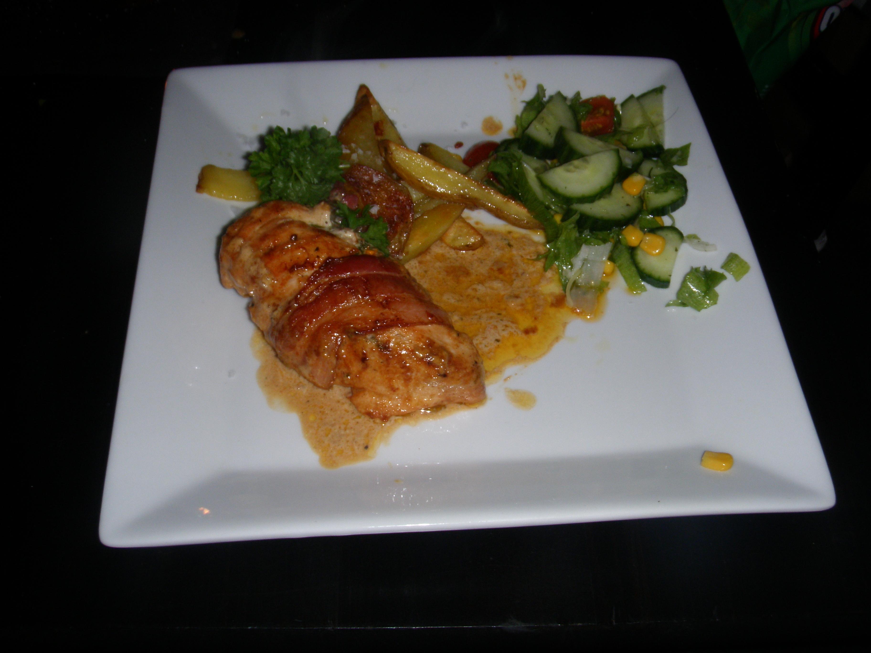 Lyxig fredagskyckling med soltorkade tomater och potatisklyftor