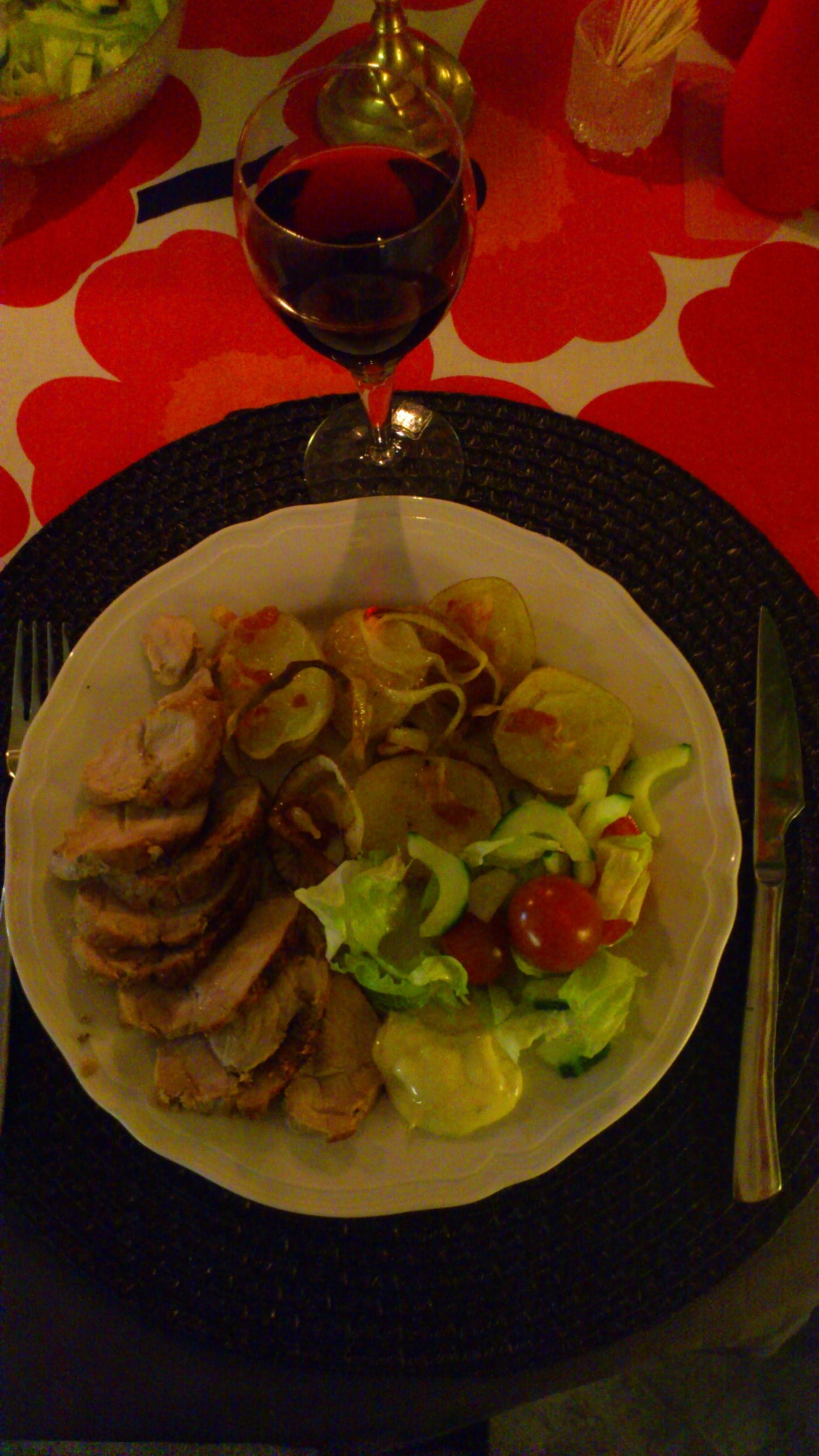 Helstekt fläskytterfilé med bacon- och lökbakad potatis