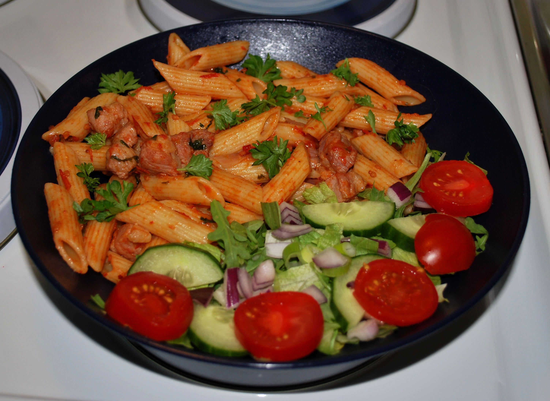 Pasta med fläsk i het tomatsås