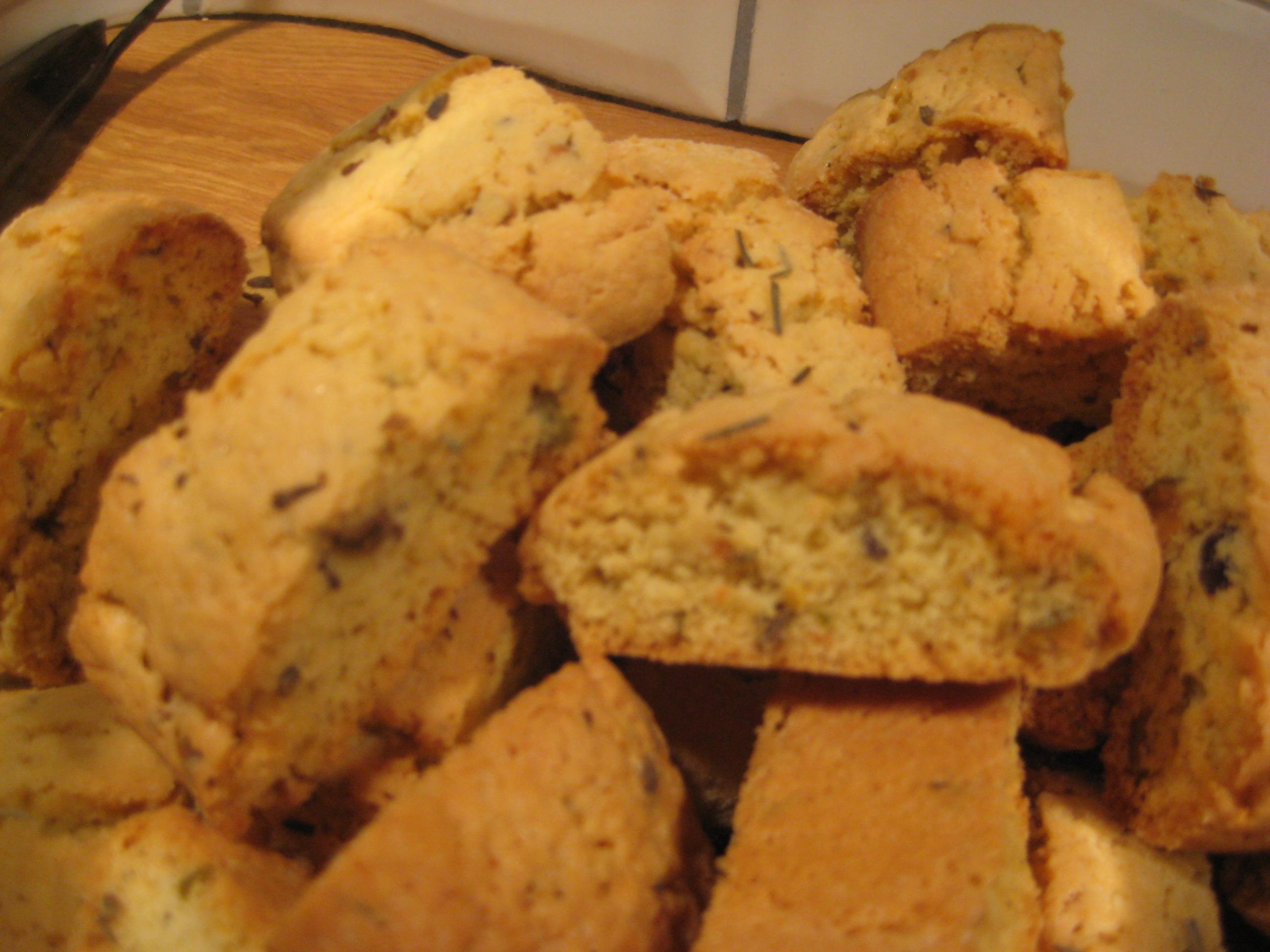Pistage- och lavendelbiscotti