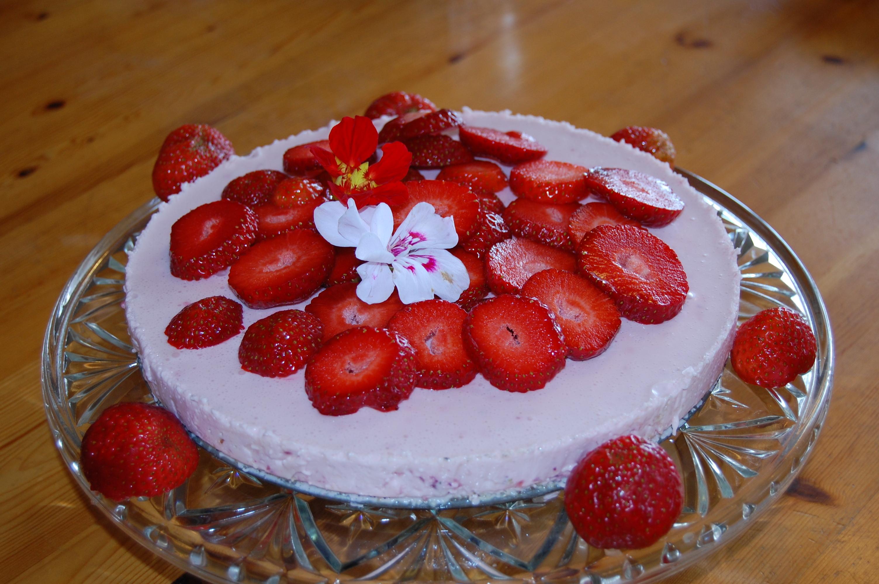 Somrig pannacottapaj med jordgubbar