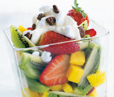 Fruktsallad med maränggrädde och dajmkulor