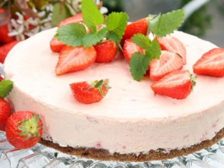 Jordgubbschessecake på kladdbotten