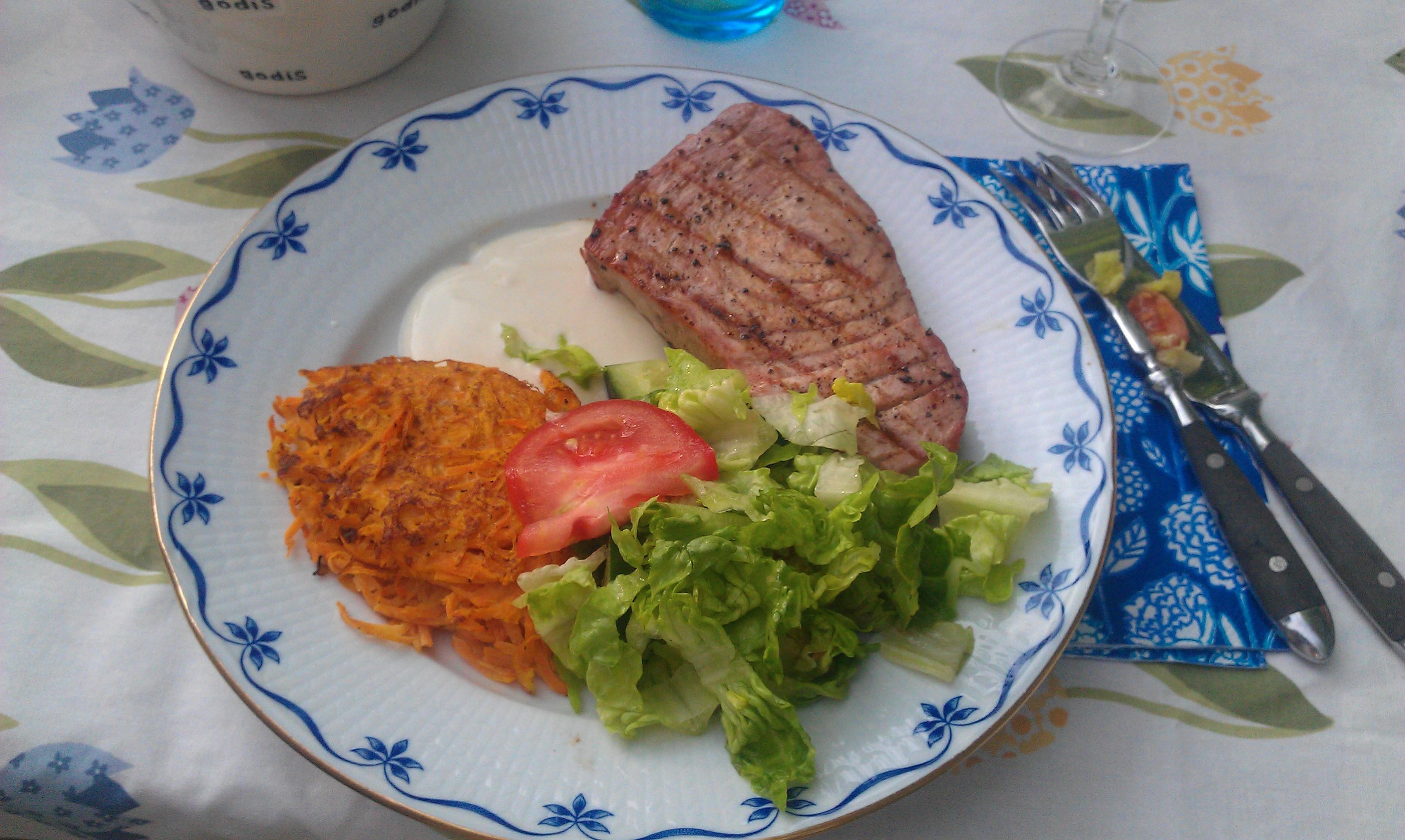 Grillad tonfisk med morotsbiffar och senapssås