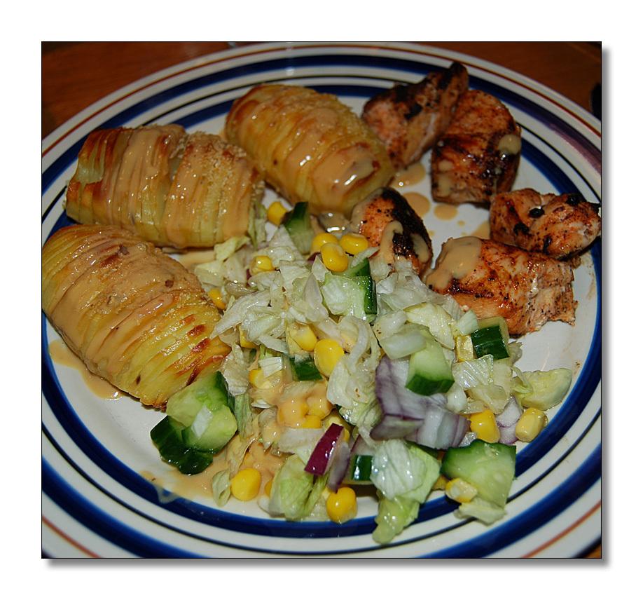 Grillade kycklingspett med hasselbackspotatis, svampsås och grönsallad