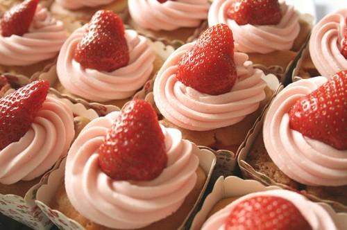 cupcakes vit chokladfrosting med grädde