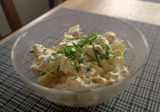 Curryspetsad cornichon- och potatissallad