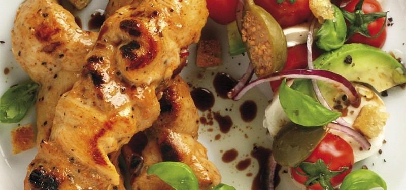 Grillade kycklingspett med tomat och avocadosallad