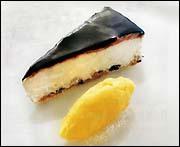Vit chokladcheesecake med oliver och sorbet av apelsin och olivolja