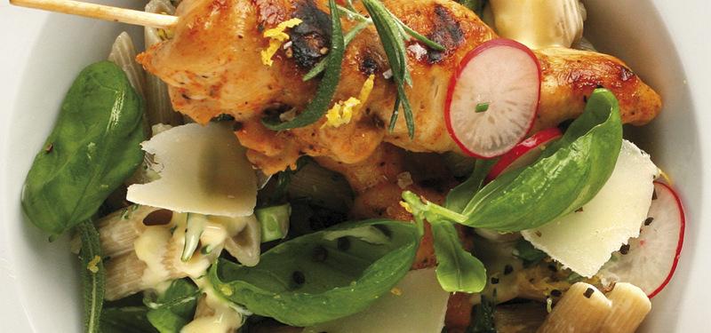 Grillade kycklingspett med örtpasta, parmesanost och rädisor