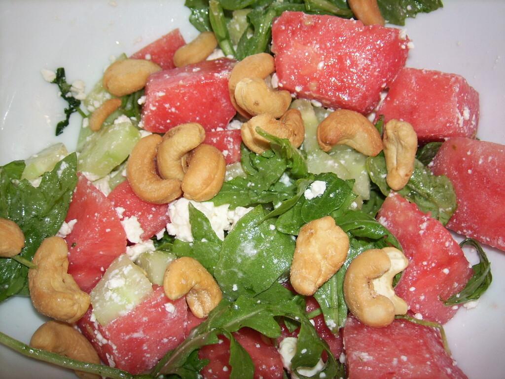 Fetaostsallad med vattenmelon och cashewnötter