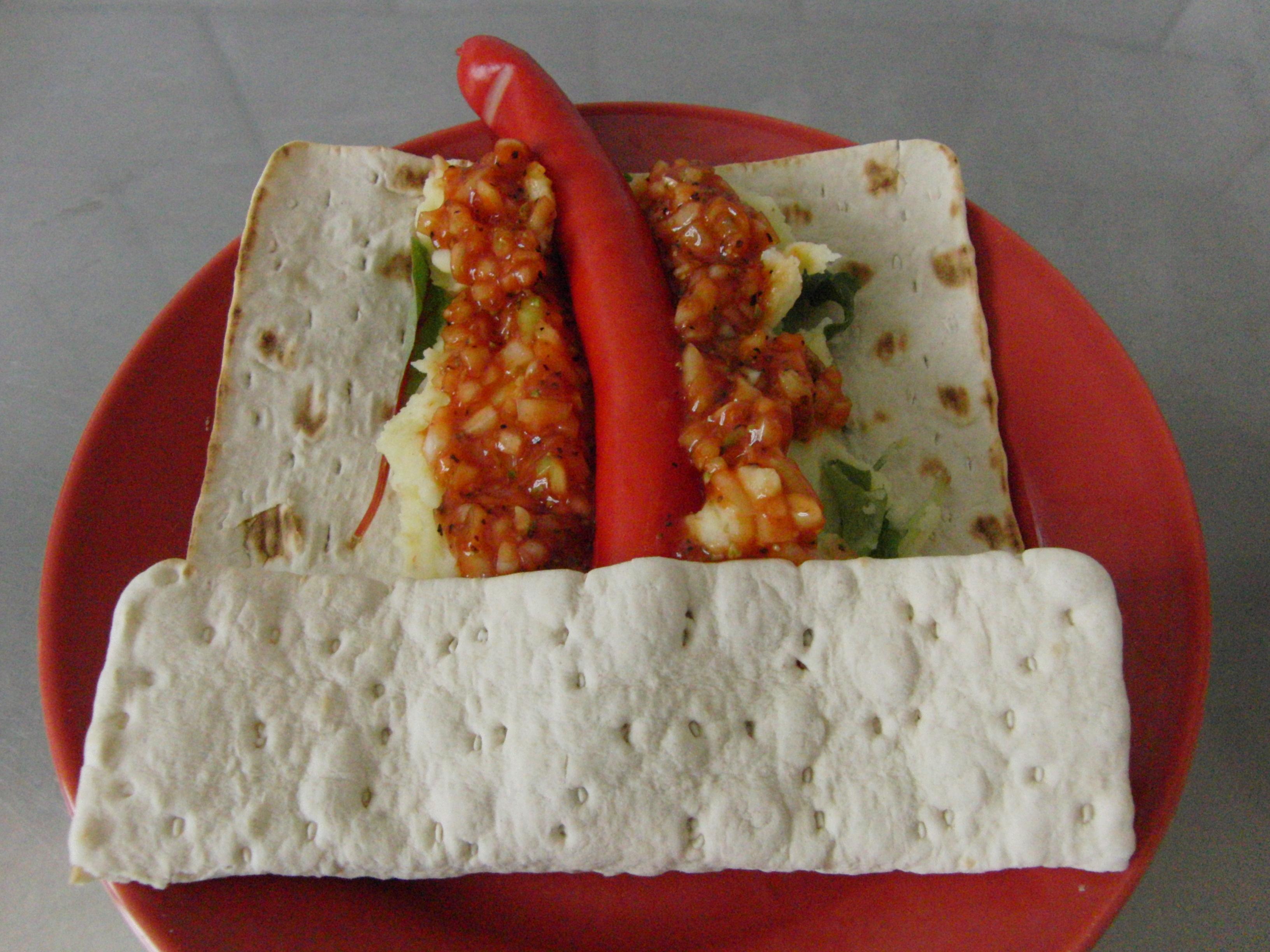 Tunnbrödsrulle med potatismos röd pölse och lökketchup