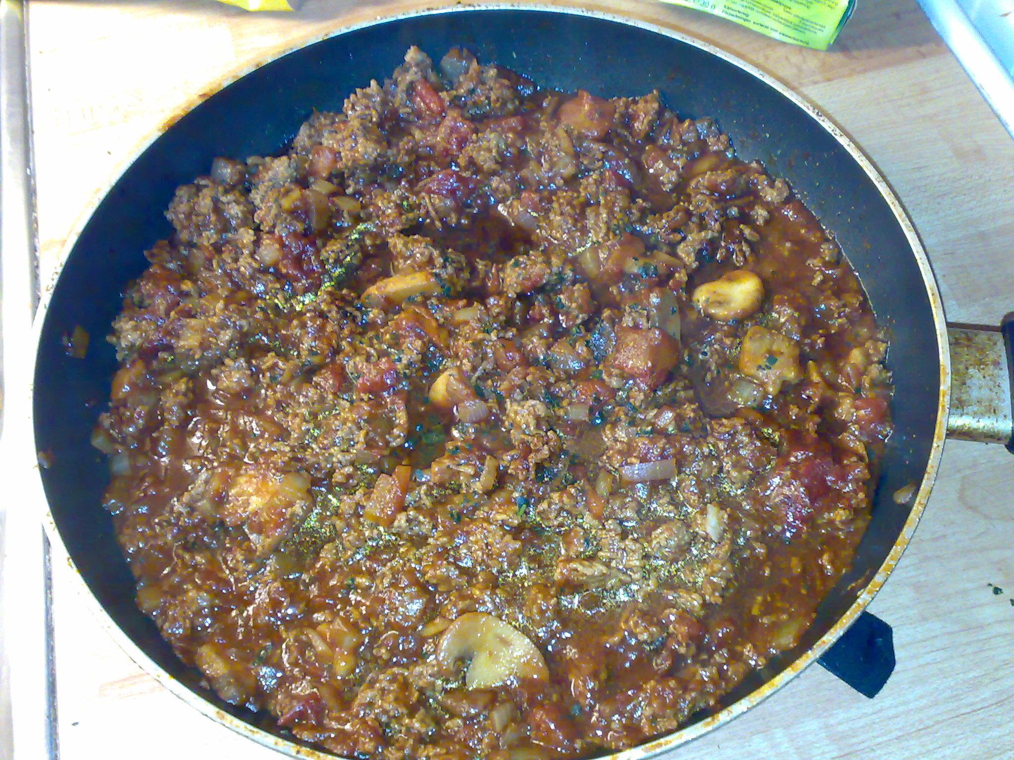 Köttfärssås med vitlök och basilika