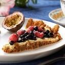 Digestivetårta med hallon och blåbär