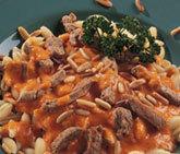Pasta med paprikasås, fläskfilé och rostade pinjenötter
