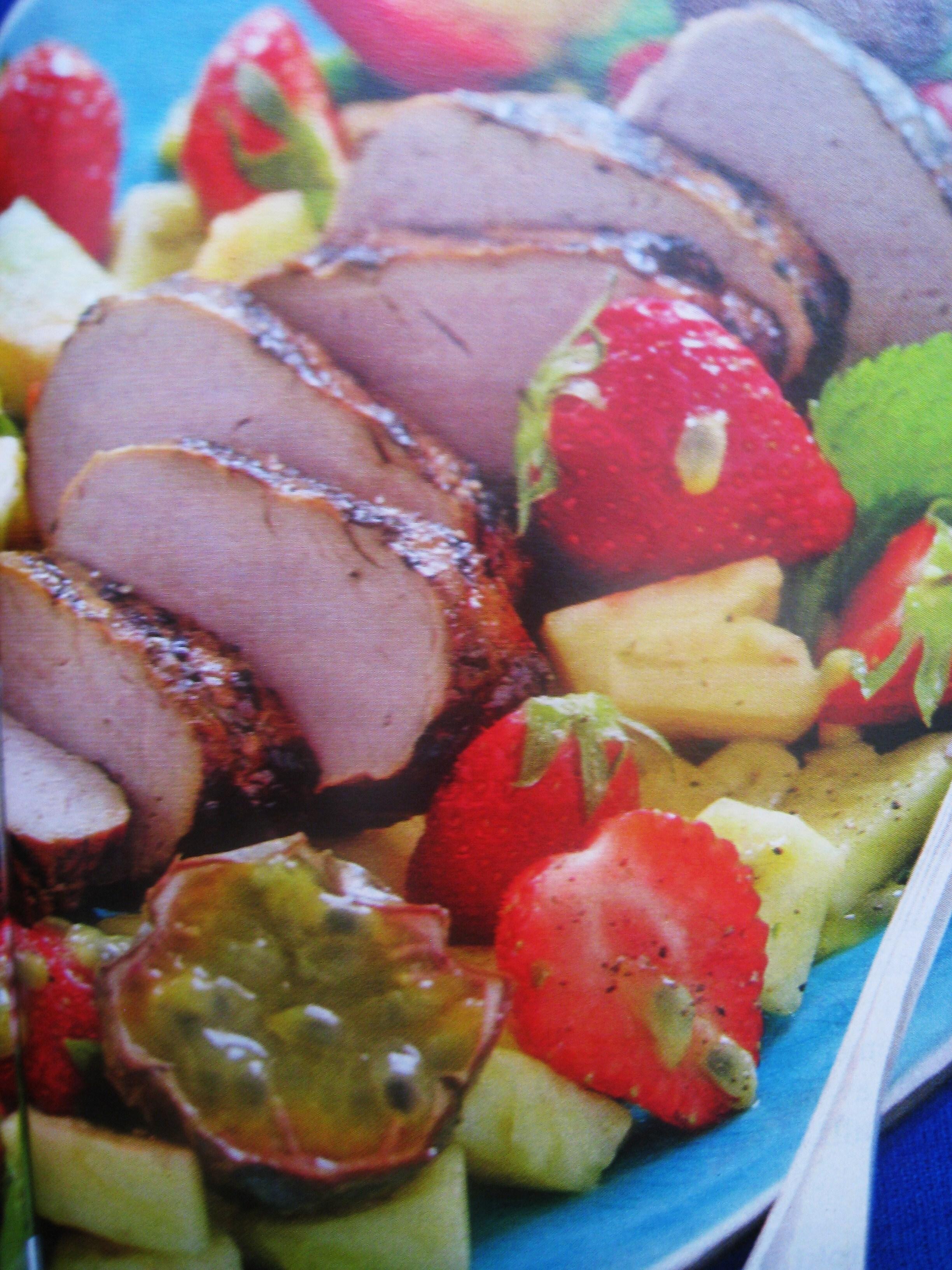 Grillad fläskfilé med jordgubbssallad