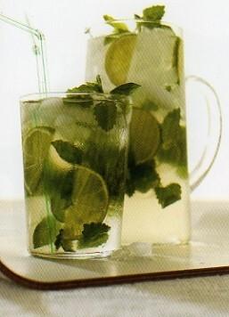 svalkande dryck med citron mynta