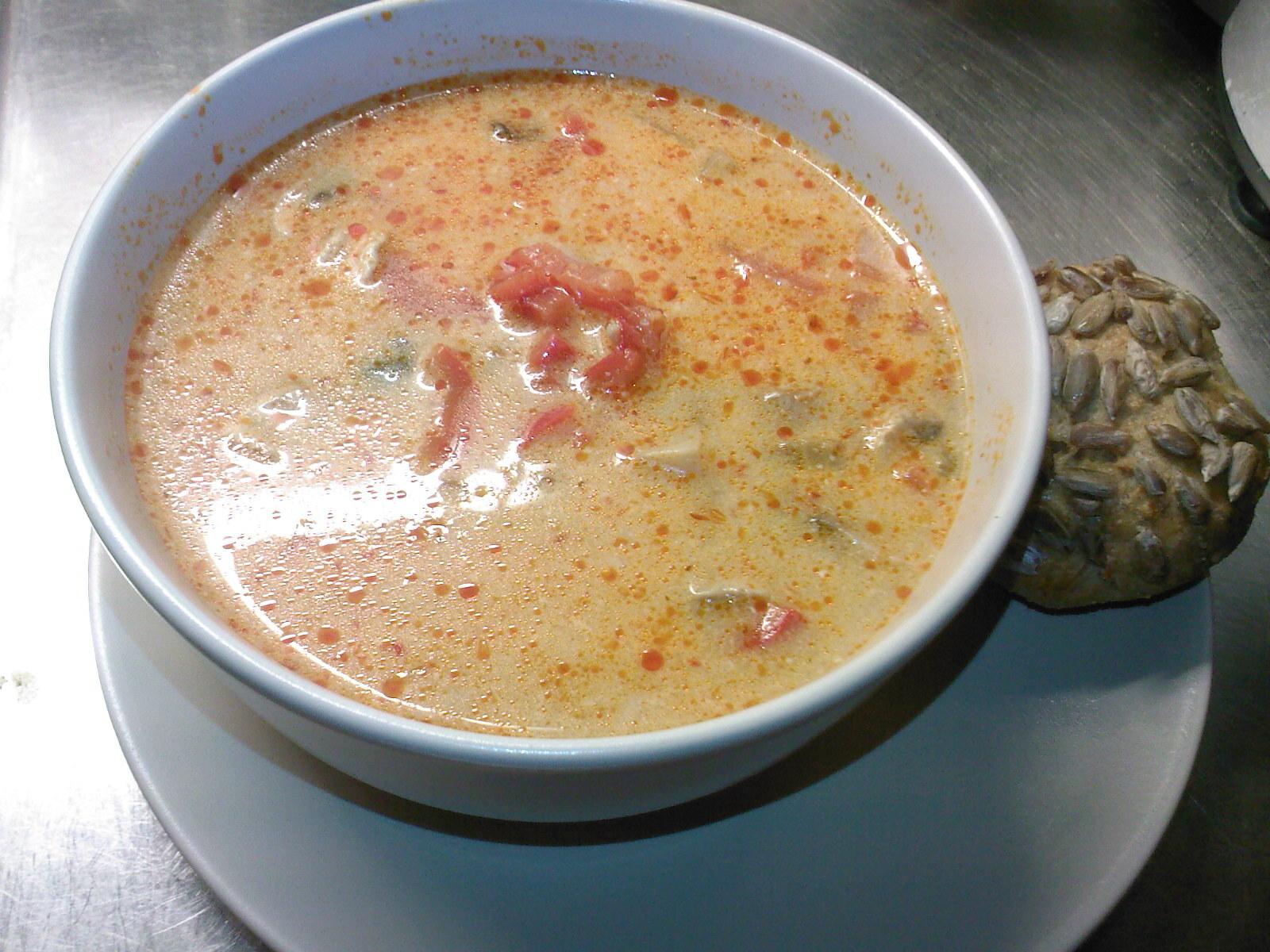 Het kyckling soppa med curry