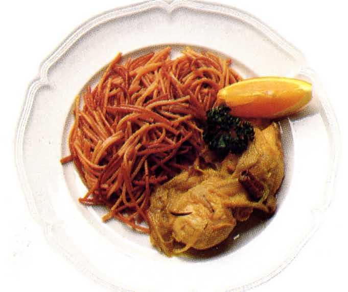 Kycklingbröst med curry och stekt spagetti