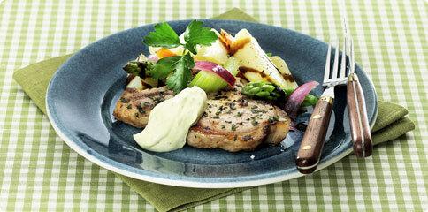 Kotlett med potatis- och sparrissallad och crème fraiche bearnaise