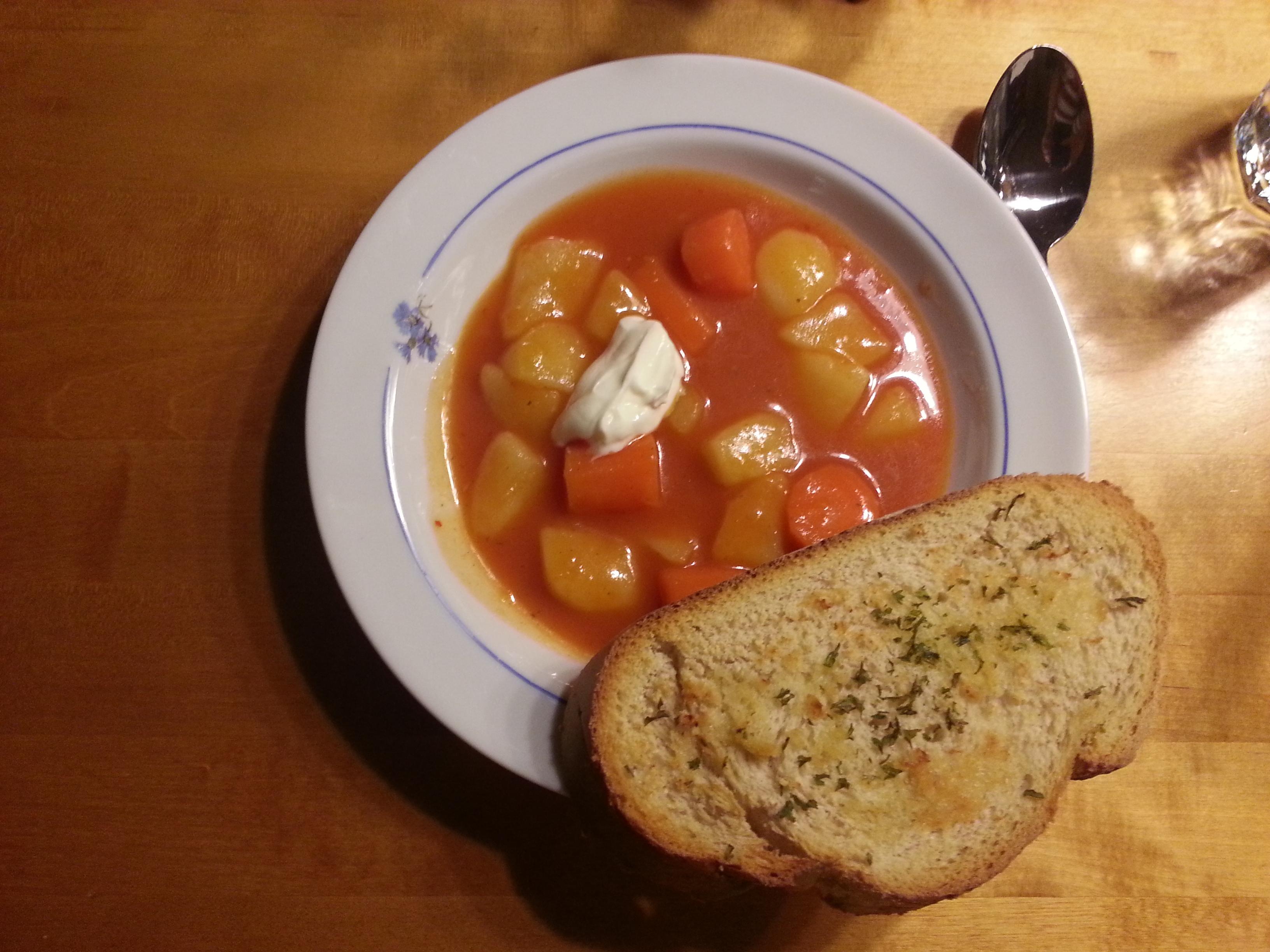 Smakrik tomatsoppa med vitlöksbröd
