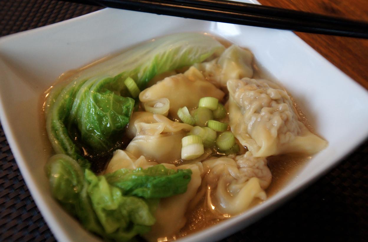 Wonton-soppa med köttfärs och räkor