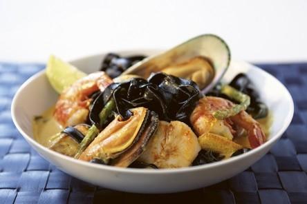 svart pasta med skaldjur