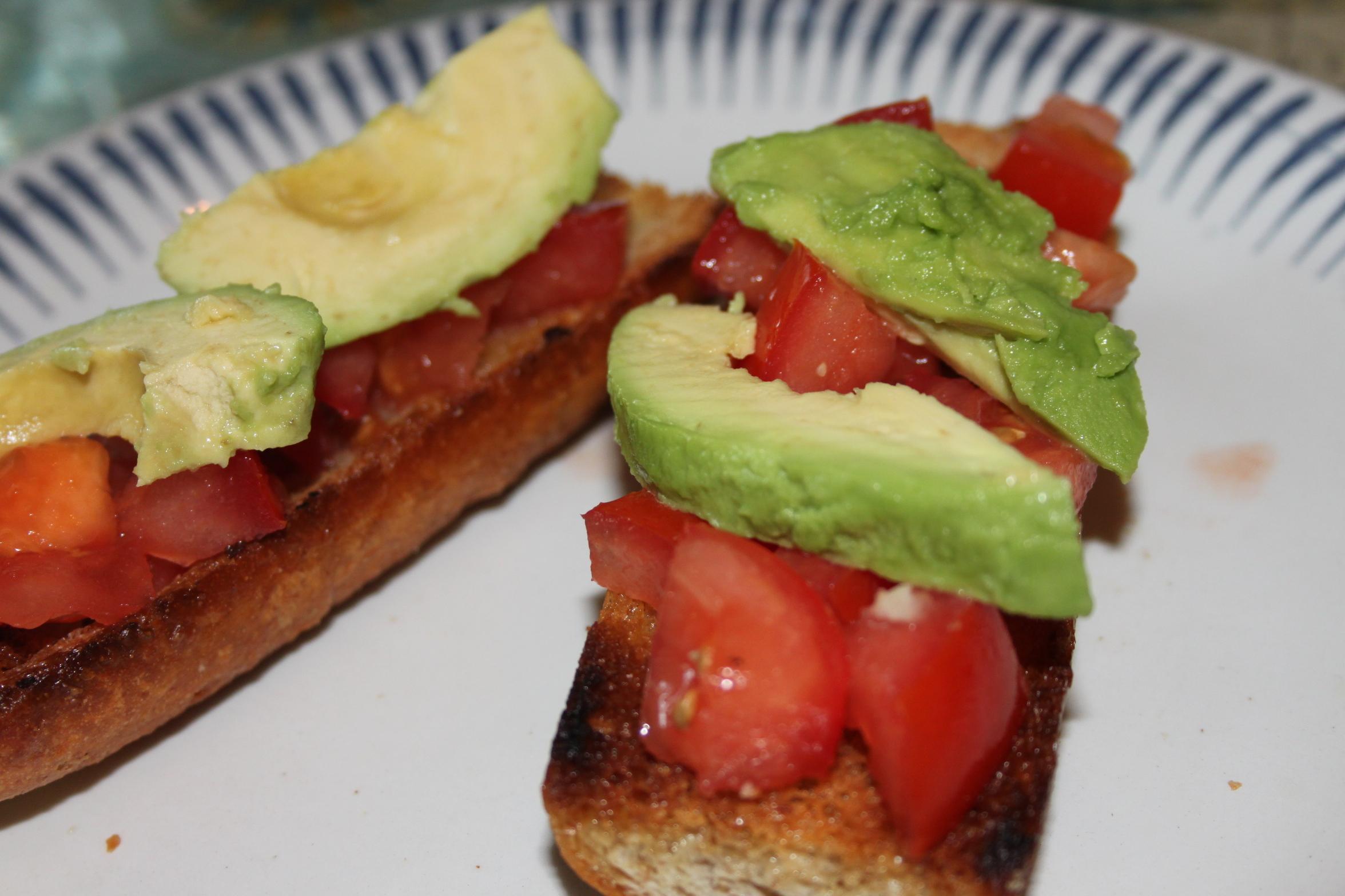 bruschetta med tomat och avokado