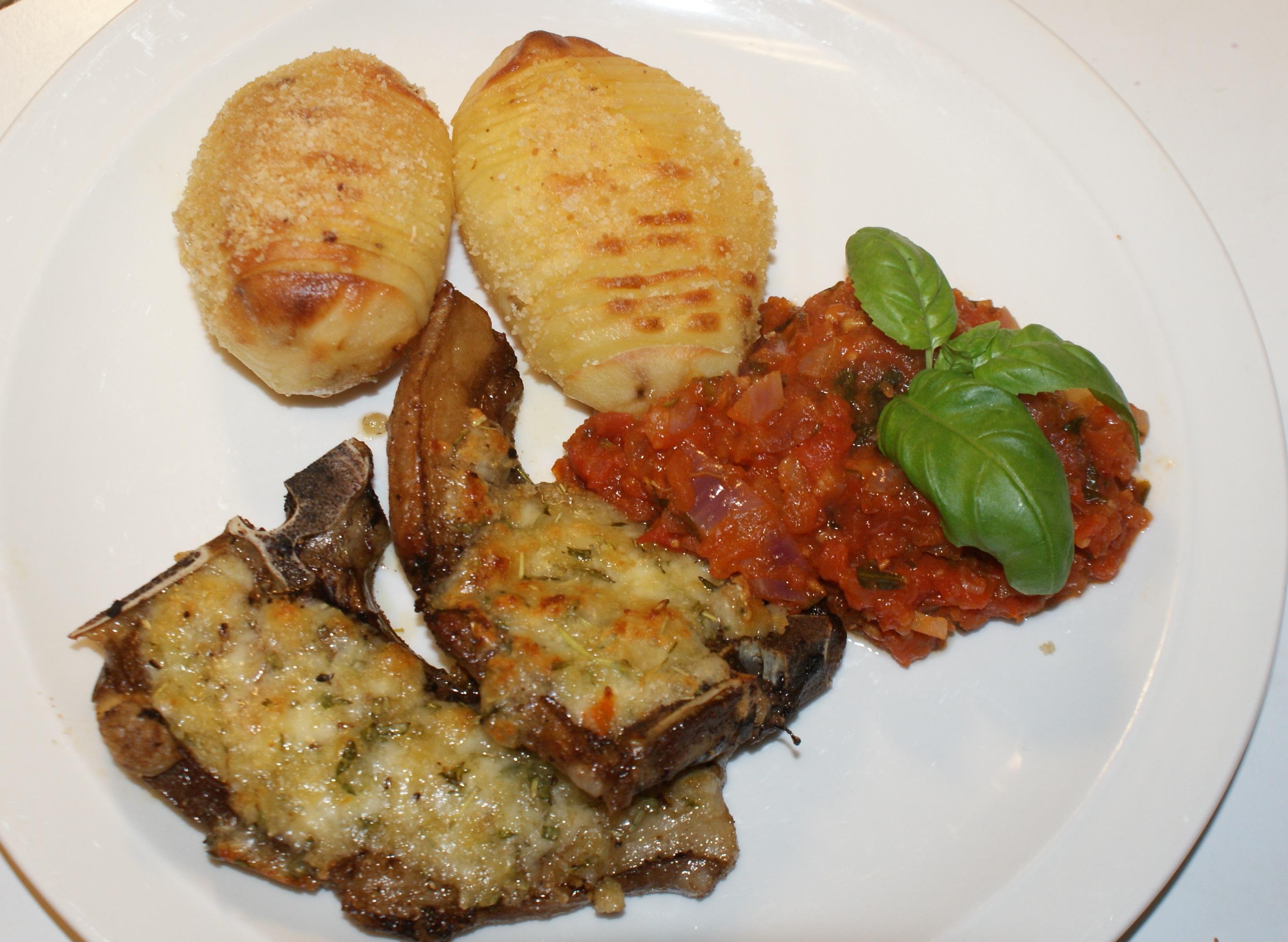 Gratinerade rådjurskotletter med tomatröra och hasselbackspotatis.