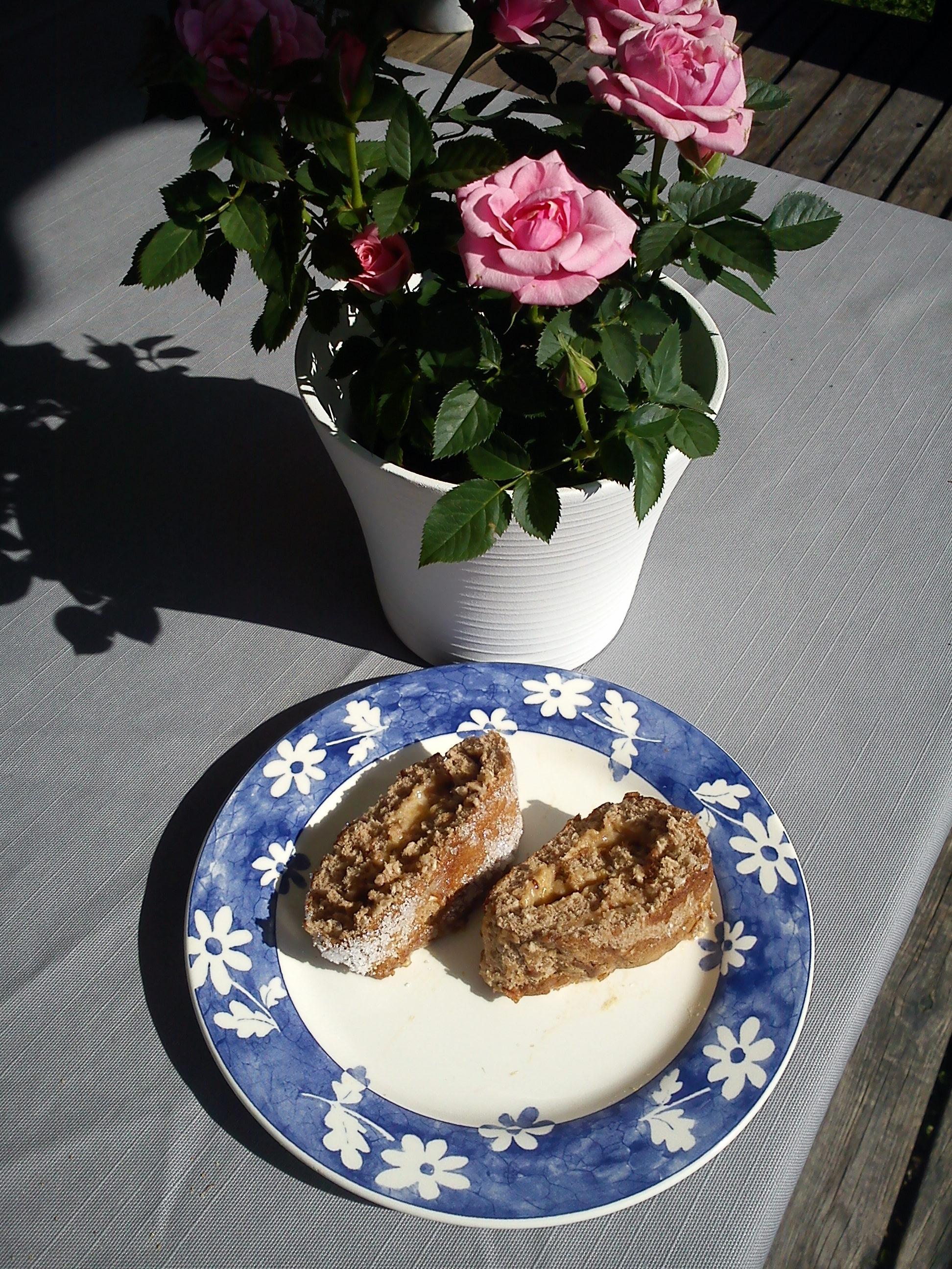 Rulltårta med kokos, kakao och krusbärssylt