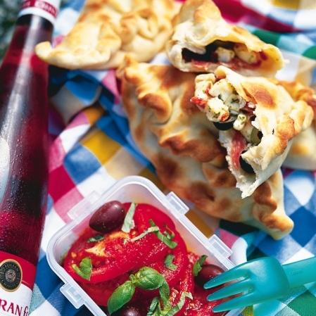 Salami- och fetaostpirog med tomatsallad