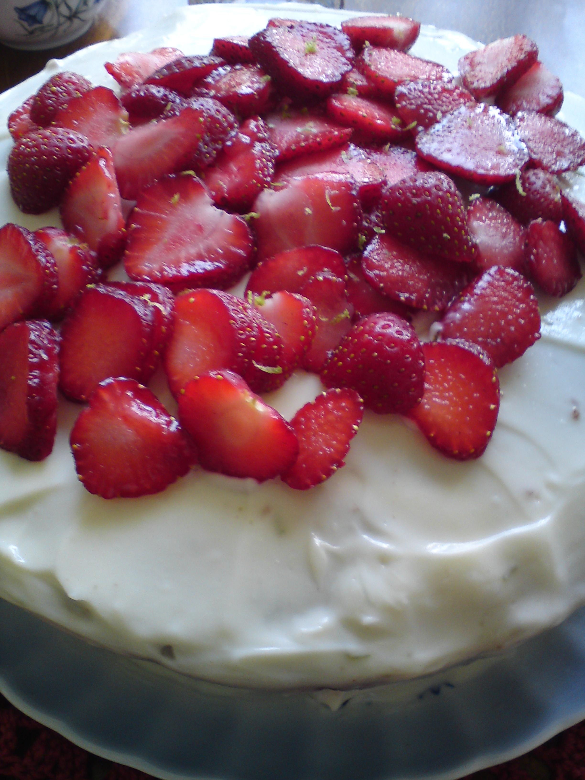 red velvet cake med jordgubbar