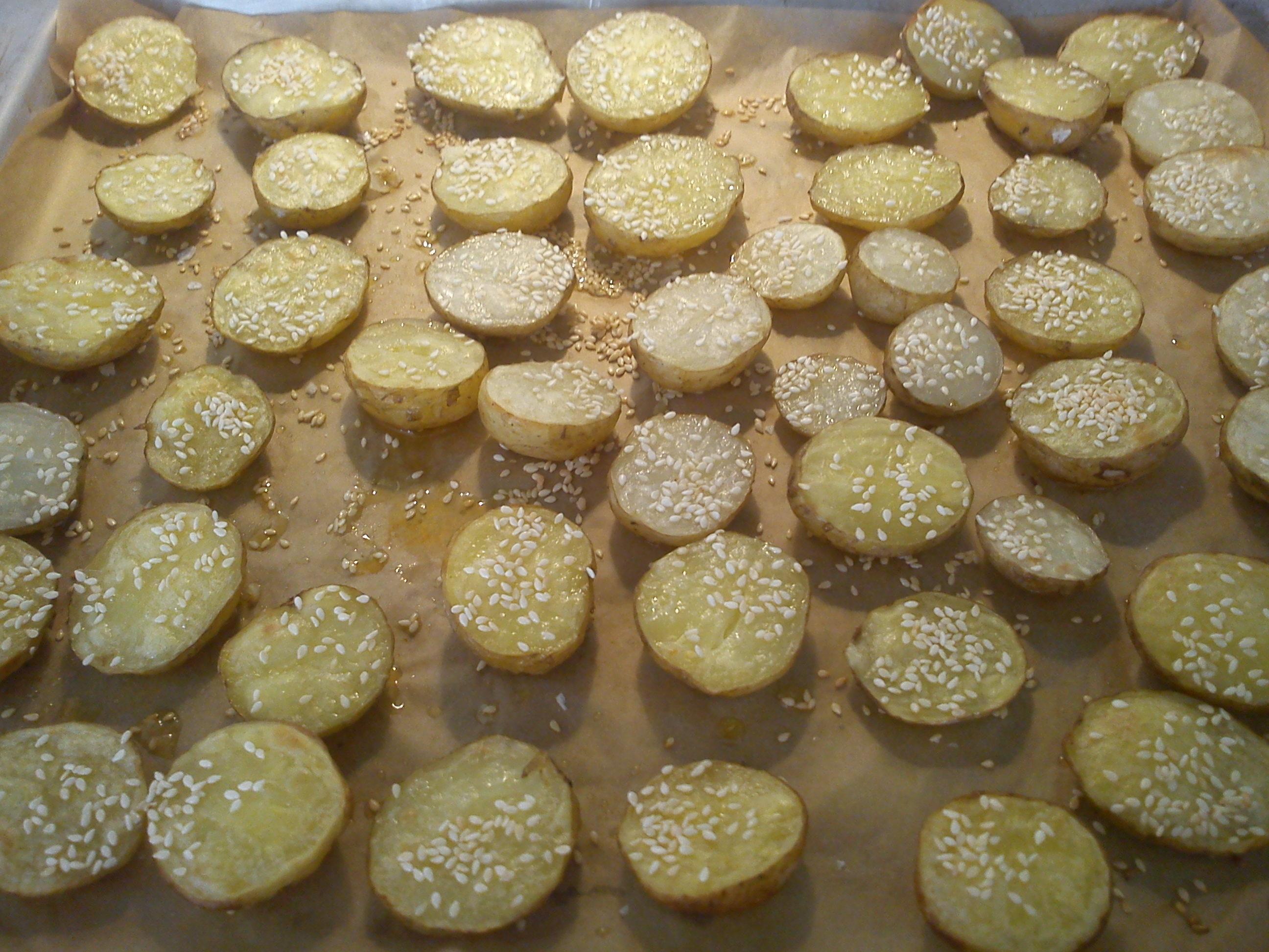 Bakade potatishalvor med sesamfrön