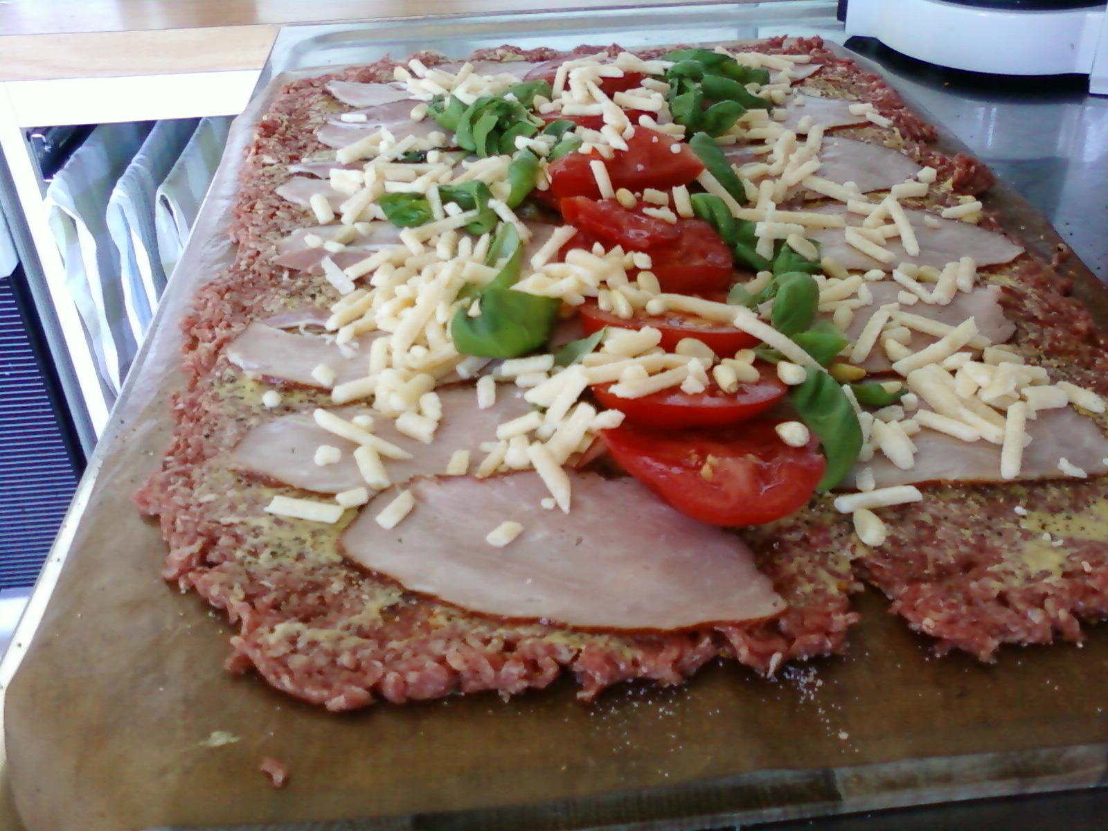 Snabb köttfärslimpa med rökt skinka och tomater