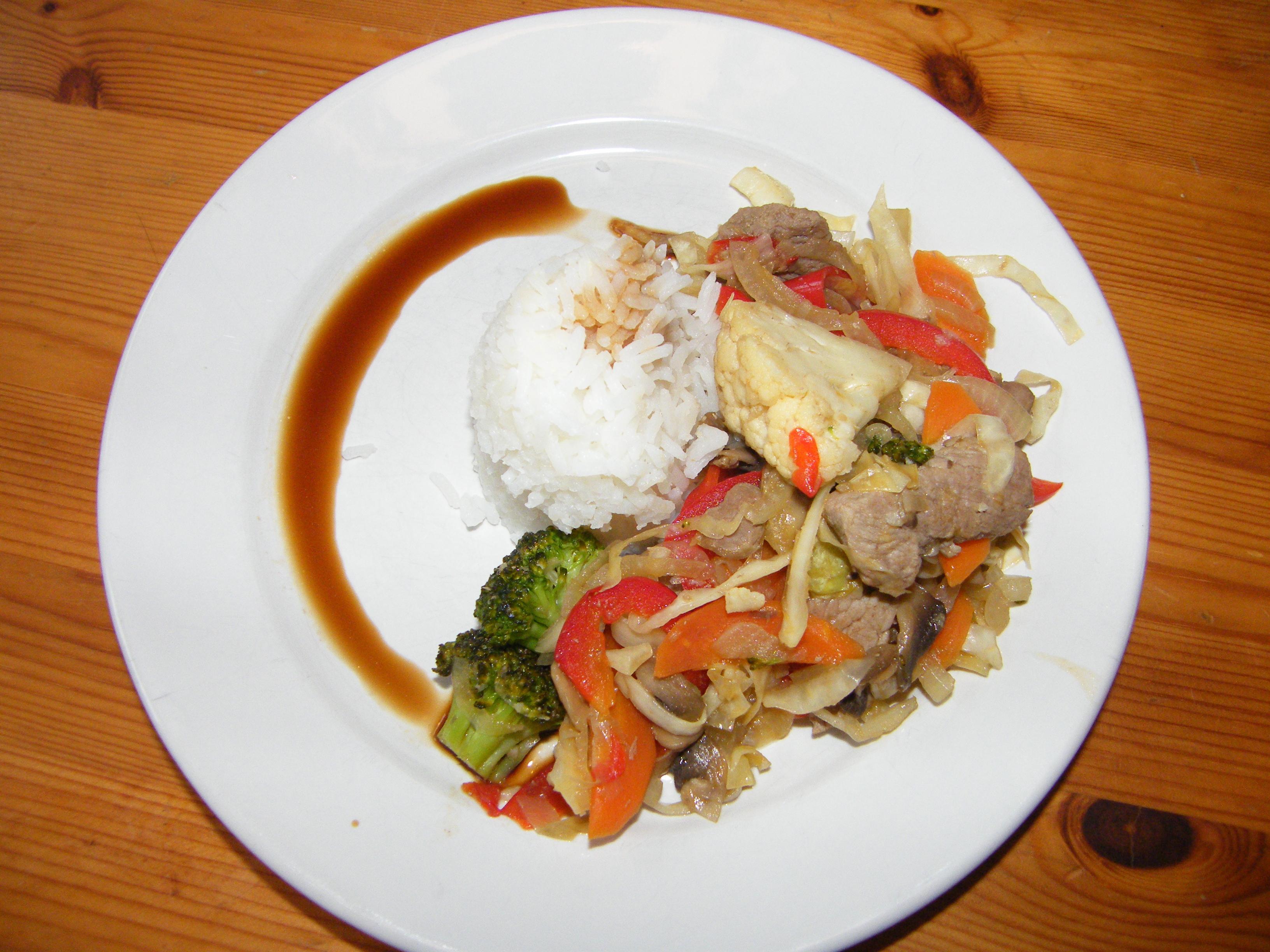 Färgrik wok med fläskfilé