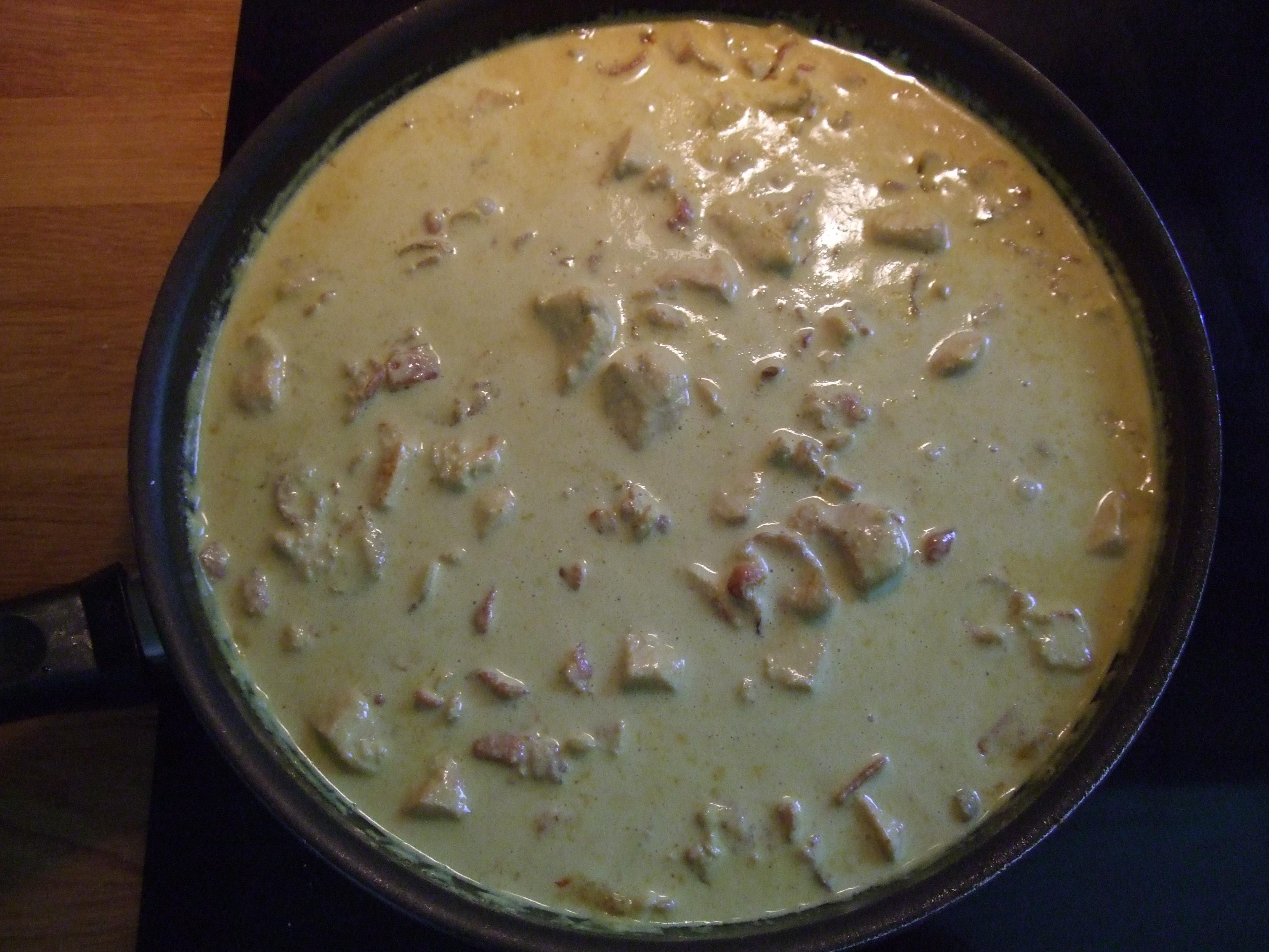 Kyckling med curry, bacon och lök