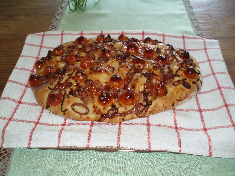 Bröd med tomat- och löktopping