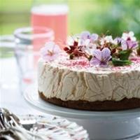 Cheesecake med rabarber- och jordgubbsmarmelad