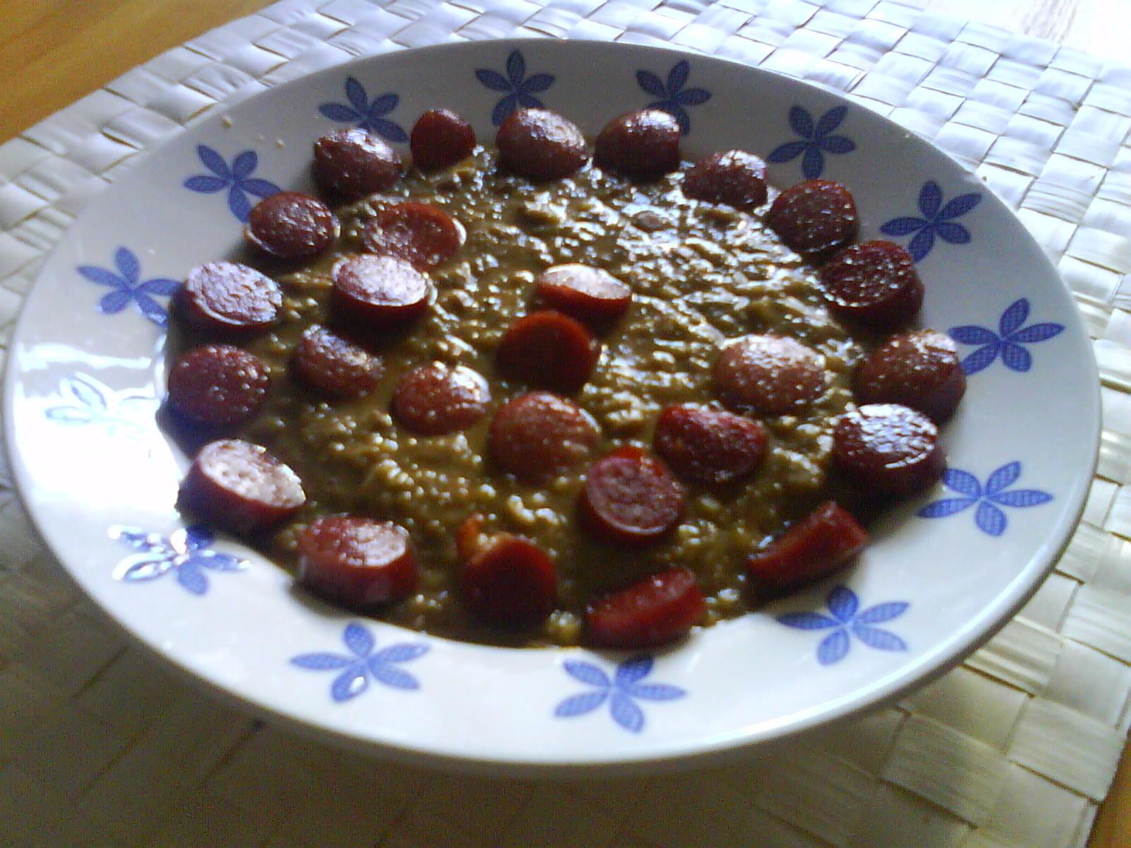 Purjo- och potatissoppa med röda linser och korvslantar