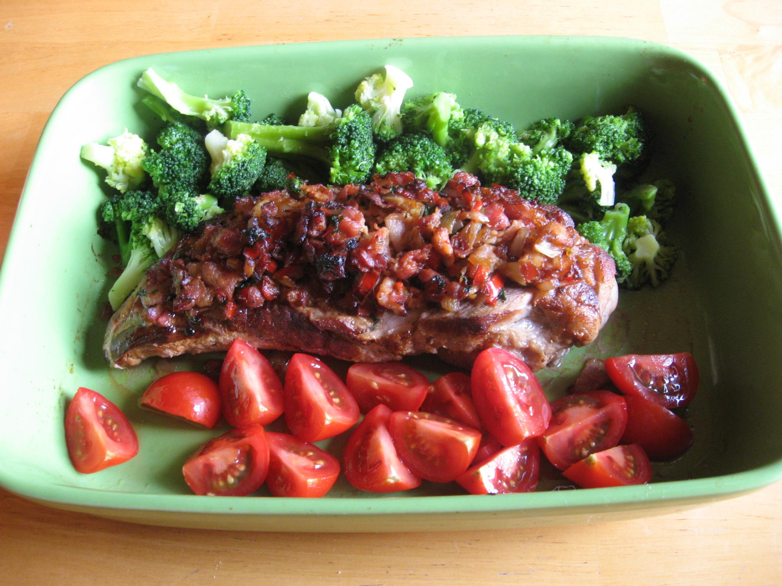 Fläskfilé med bacon- och chiliströssel