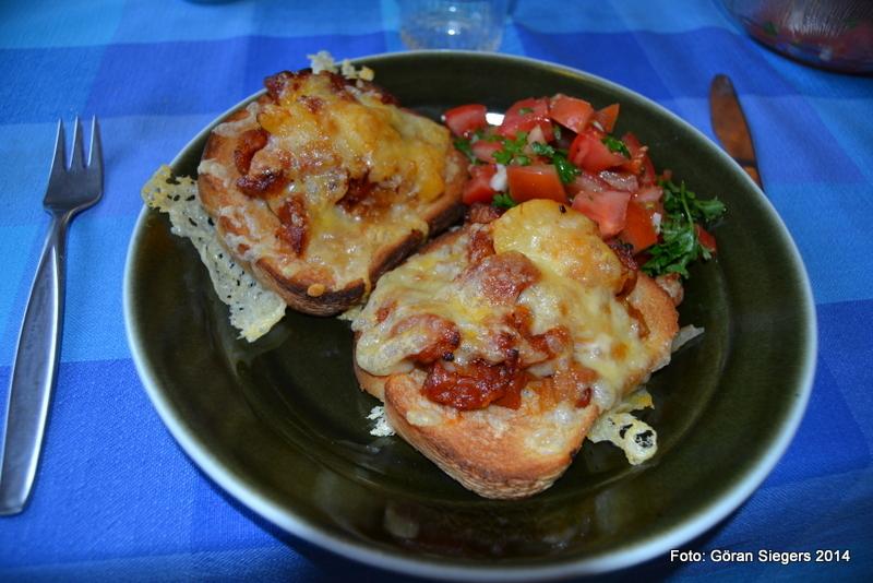 Varma mackor med kryddig korv och tomatsalsa
