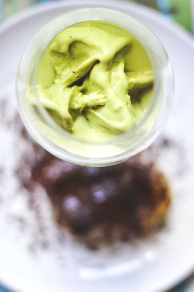 Sockerfri Matchaglass med ugnsbakade päronhalvor och finriven choklad